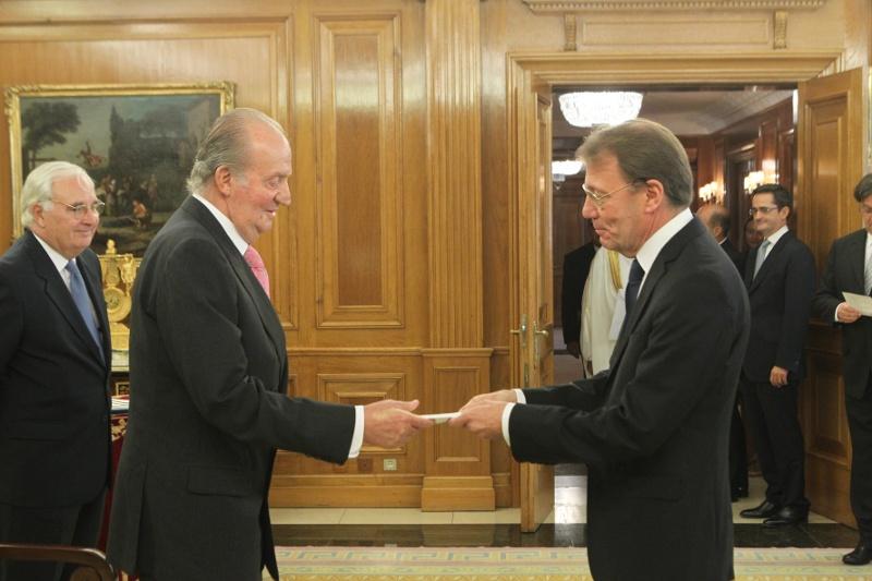 Valtuuskirjeen luovuttaminen. Espanjan kuningas Juan Carlos I ja Suomen Espanjan-suurlähettilä Roberto Tanzi-Albi. Palacio de La Zarzuela. Madrid, 24.09.2013