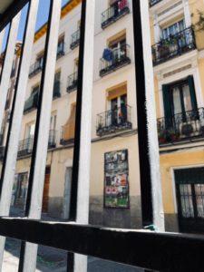 Ikkunasta näkyvät autiot Lavapiésin kadut