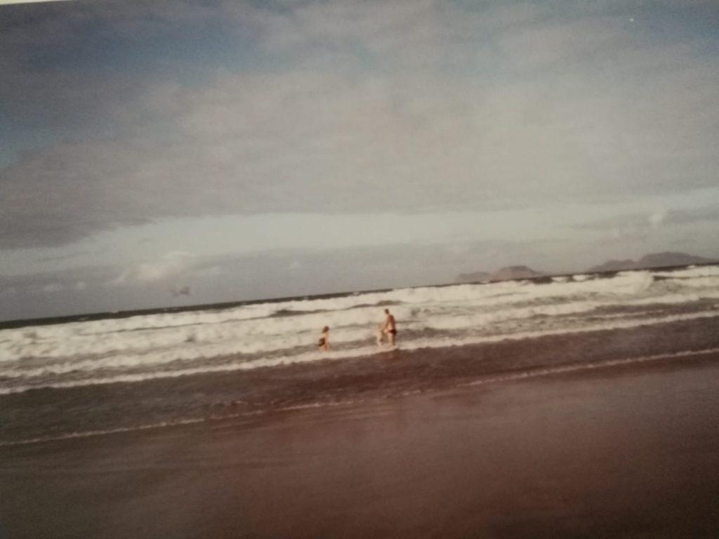 Lanzaroten hiekkarannoilla oli 1990-luvun alussa vielä reilusti tilaa. Espanja houkuttelee vuosikymmenestä toiseen miljoonia turisteja. Näin on varmasti myös tulevaisuudessa, vaikka matkailu nyt koronapandemian myötä onkin kriisissä. Kuva: Sara Tuxen