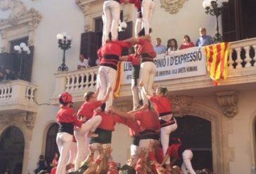Castellers de Barcelona –ihmistorniryhmä rakentaa tornia Vilafranca de Penedèsin keskusaukiolla. Kuva: Reetta Niinimäki