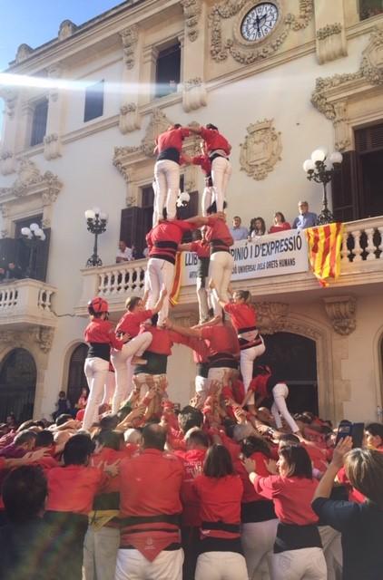 Castellers de Barcelona -ihmistorniryhmä rakentaa tornia Vilafranca de Penedèsin keskusaukiolla. Kuva: Reetta Niinimäki