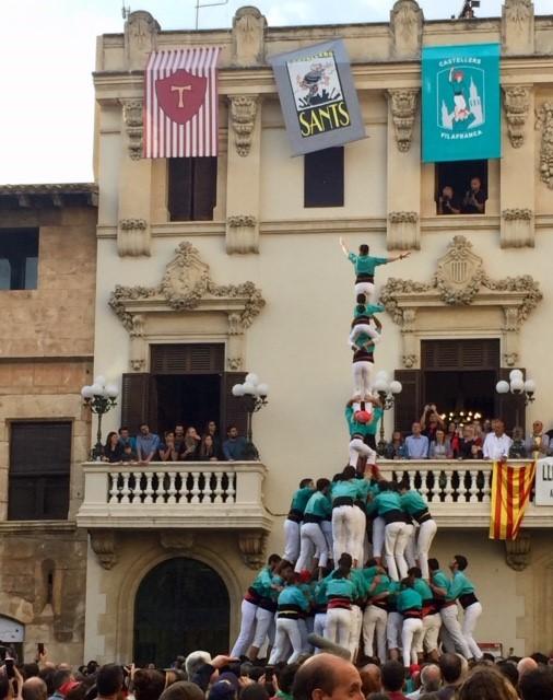 Castellers de Vilafranca on yksi Katalonian tunnetuimmista joukkueista. Tornimalleja on useita erilaisia, ja taitavimmat ja suurimmat collat kokoavat painovoimaa uhmaavia monimutkaisia torneja, jotka vaativat voimaa, taitoa, tasapainoa sekä keskinäistä luottamusta. Kuva: Reetta Niinimäki