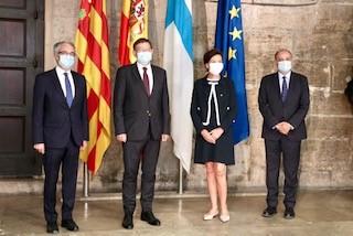 Suomen Espanjan-suurlähettiläs Tiina Jortikka-Laitinen seisoo kuvattavana yhdessä Valencian aluejohtaja Ximo Puigin ja kahden muun virkamiehen kanssa.