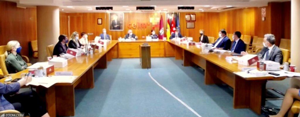 Toistakymmentä Espanjan, Suomen ja Norjan edustajaa kokoontuneena Espanjan kauppakamarille pöytien ääreen.