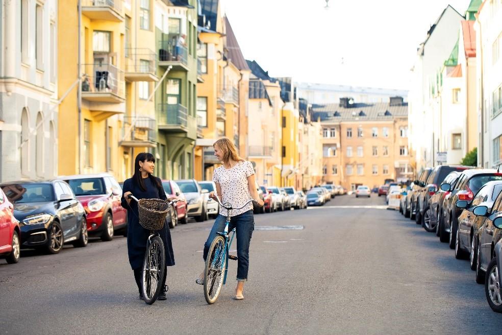 Kaksi pyöräilijää Helsingissä