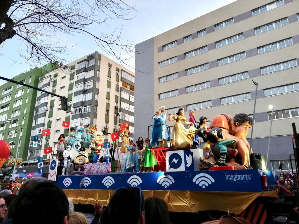 Karnevaalilava kuorma-auton päällä. Kyydissä erilaisia Disney-hahmoja, kuten Vaiana, Frozenin Elsa ja Räyhä-Ralf.