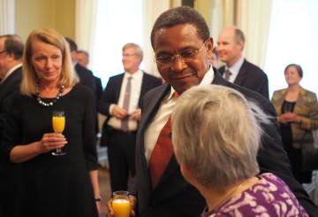 Ulkomaankauppa- ja kehitysministeri Lenita Toivakan (vas.) vastaanotolla presidentti Kikwete tapasi myös vanhan yliopisto-opettajansa Marja-Liisa Swantzin (oik.) ja kiitti Suomea saamastaan koulutuksesta.
