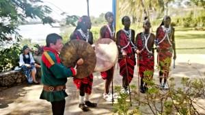 Niiles-Jouni Aikio joikaa Maasaiden kanssa