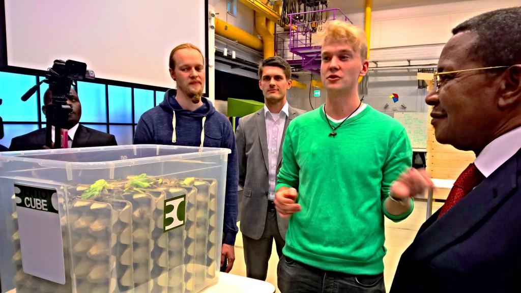 Presidentti Kikweteä kiinnosti Aalto-yliopiston Start-up Saunassa hyönteisproteiinin kasvatusta tekevä yritys