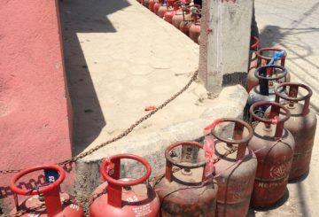 Kaasujono suurlähetystön edustalla - nepalilaiset ovat kärsivällisesti jonottaneet kaasua raaka-ainepulan aikana. Kuva: Sannakaisa Janhonen/UM
