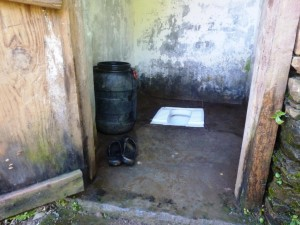 Tyypillinen vessa. Vesi toimii vessapaperina ja sen saanti on tämänkin takia tarpeen.