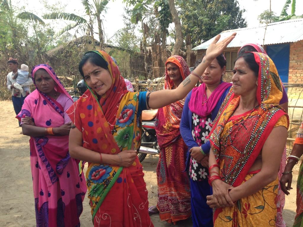 Oman kylän tilanne puhuttaa Kapilvastun alueen naisia.