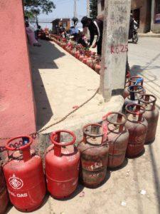 Kaasujono suurlähetystön edustalla. Nepalilaiset ovat kärsivällisesti jonottaneet kaasua raaka-ainepulan aikana. Kuva: Sannakaisa Janhonen/UM