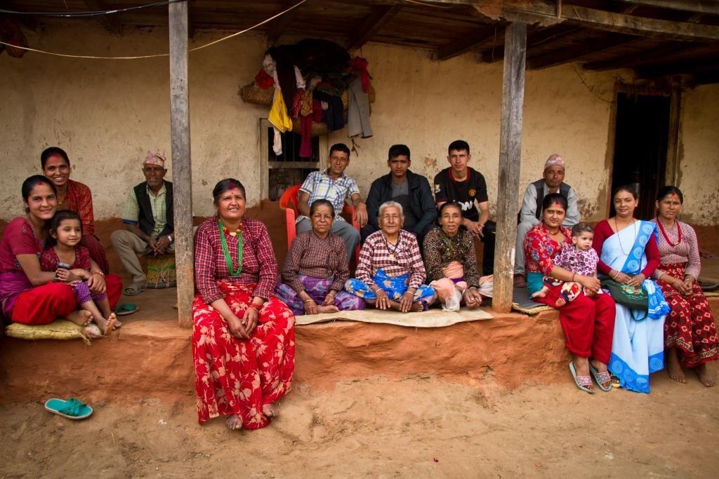 Perheellä ja verkostoilla on tärkeä merkitys nepalilaisille. Kuvan kaksi perhettä Lamichhanen kylässä eivät voi enää yöpyä maanjäristyksen vaurioittamassa talossaan. Kuva: Julian Bound/UM