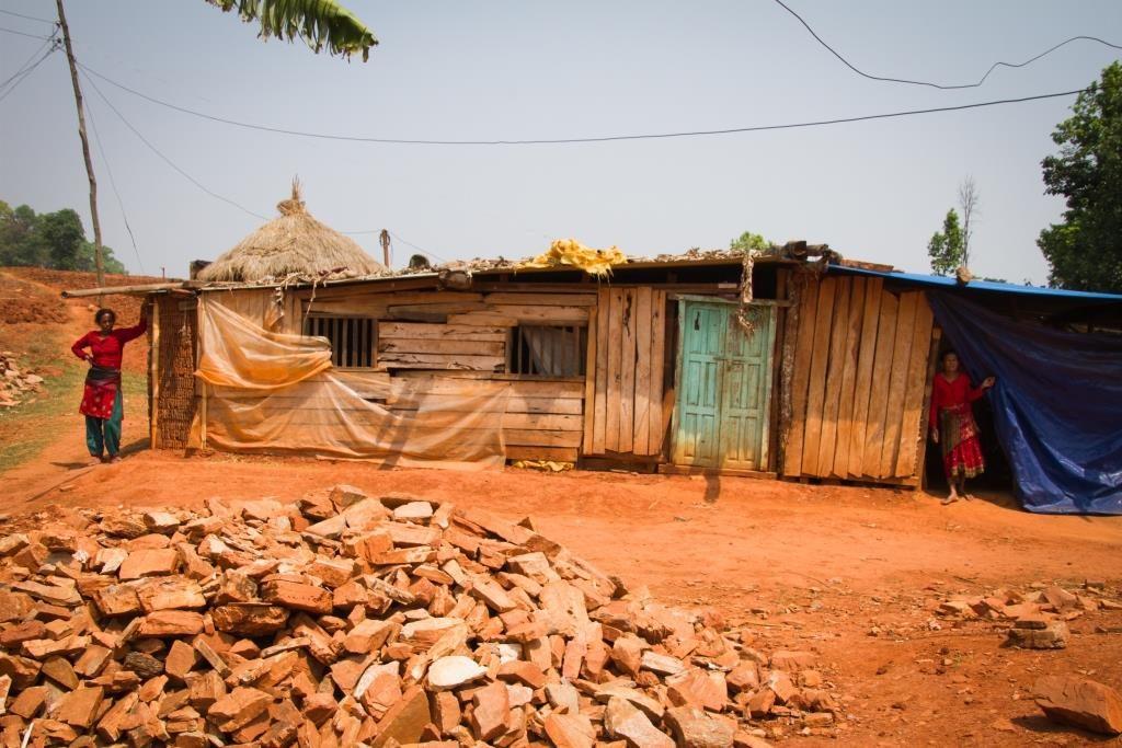 Vuoden 2015 maanjäristysten jälkeen monessa kylässä tarvittaisiin rakennusmiehiä. Kuva: Julian Bound