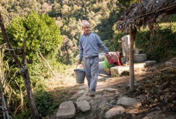 Dilip Singh Dhami on matkalla pesemään vessaa Dotin piirikunnassa. Kuva: Tuukka Ervasti/UM