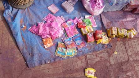 Holi-juhlan aikaan värijauheita myydään ympäri Kathmandua. Kuva: Otto Härö