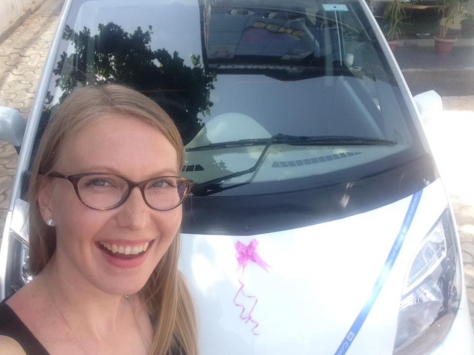 Nano ja minä! Uusi auto toimitetaan aina koristeltuna eikä rusetteja ole kiire ottaa pois – eiväthän muut autoilijat muuten tiedä että auto on uusi!