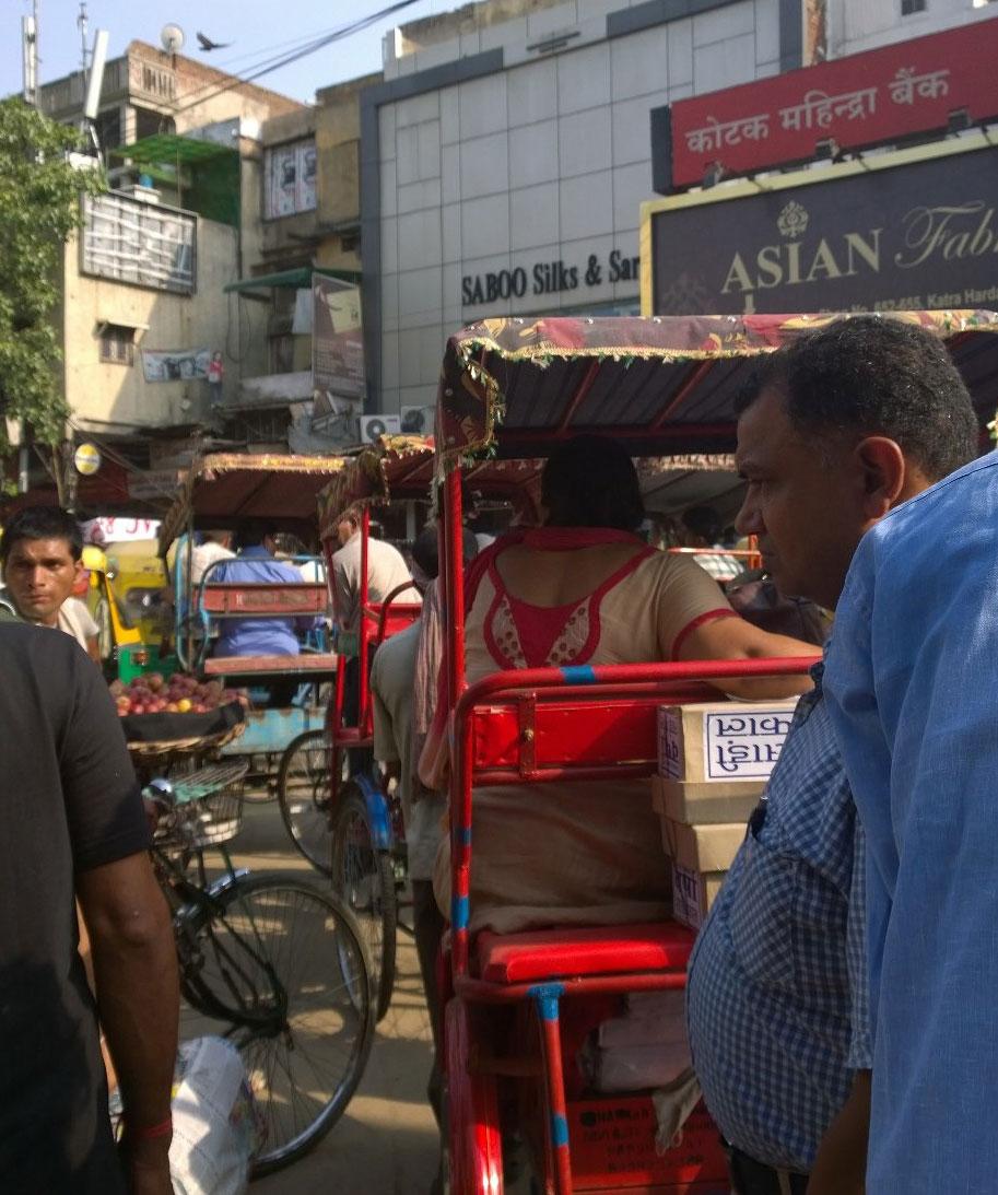 Polkupyöräriksaruuhka vanhassa Delhissä