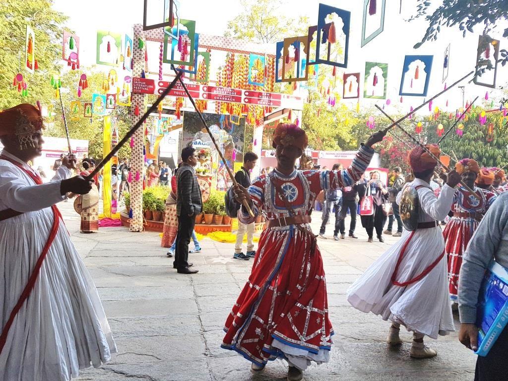 Intialaista musiikkia ja tanssia festivaalin avajaisissa. Kuva: Meenakshi Mahajan.