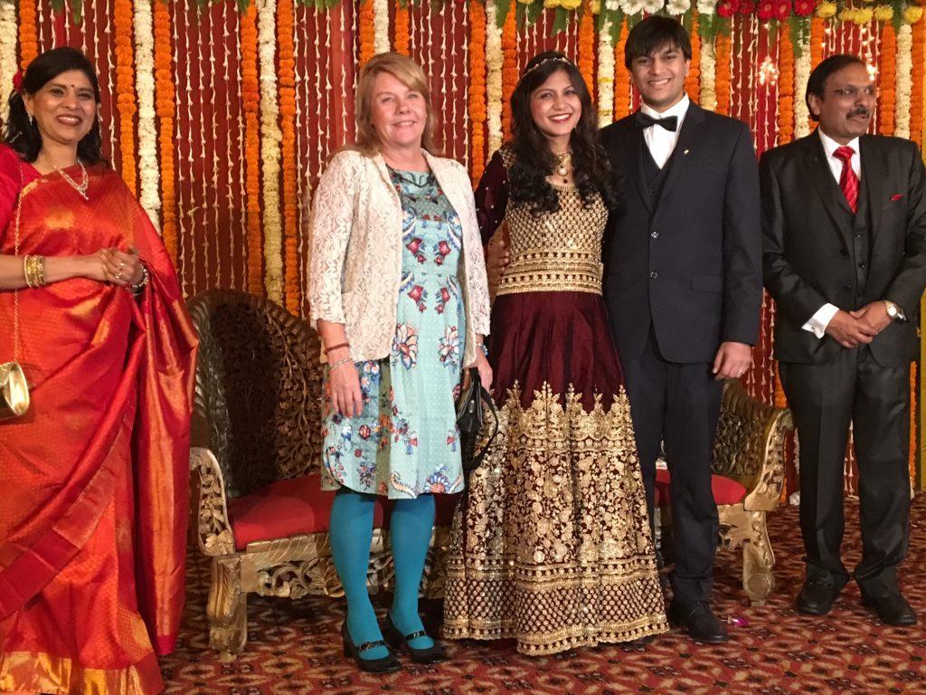 Harshit ja Manasi vastaanottavat hääonnitteluja Delhissä helmikuussa 2017. Äiti ja isä loistavat onnesta ja ylpeydestä. Kuva: Seija Kinni