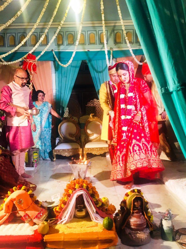 Phera, liki kolmetuntisen hindujen hääseremonian kohokohta, jossa vihkipari kiertää nuotion seitsemän kertaa. Kuva: Seija Kinni