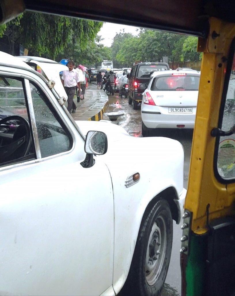 Monsuunisateet hidastuttavat Delhin liikennettä entisestään. Riksa on usein kätevä kulkuväline, sillä se mahtuu ruuhkissa puikkelehtimaan eteenpäin pienistäkin väleistä. Kuva: Nelli Mikkola