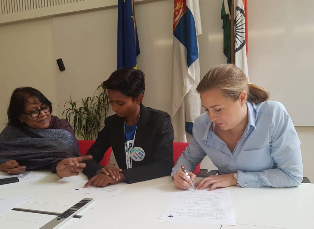 Hullaksen johtamassa kokouksessa tunnelma oli toiveikas tyttöjen oikeuksien paranemisen suhteen. Kuva: Saana Annala.