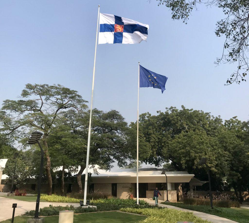 Liehuva Suomen lippu oli joka-aamuinen komea näky töihin tullessa. Kuva: Saana Annala.