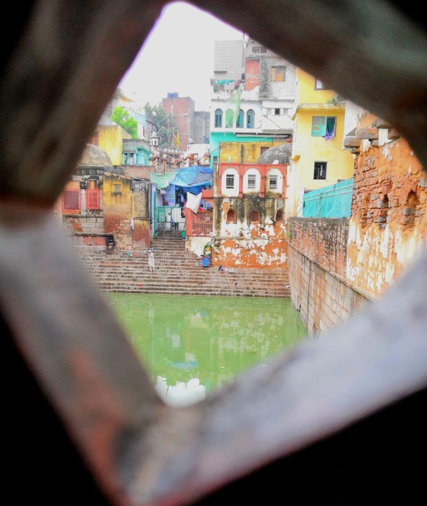 Veden äärellä vanhassa Delhissä. Kuva: Nelli Mikkola.