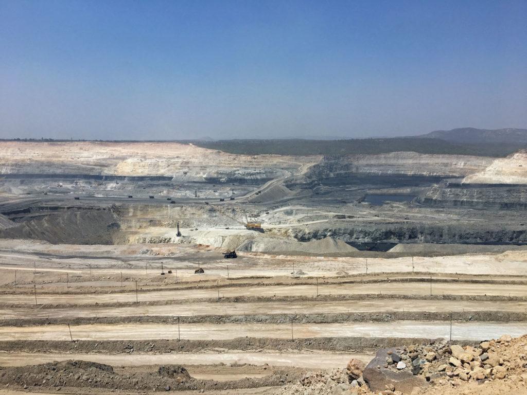 NCL Singrauli on maailman suurimman hiiliyhtiön, valtio-omisteisen Coal Indian tytäryhtiön, Northern Coalfieldsin, avolouhos Madhya Pradeshissa. Kuva: Mikko Pötsönen.