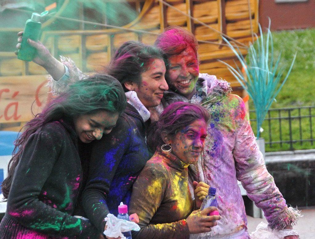 Nuoria kaupunkilaisnaisia juhlistamassa hindujen värien juhlaa holia. Kuva: Flickr/Creative Commons