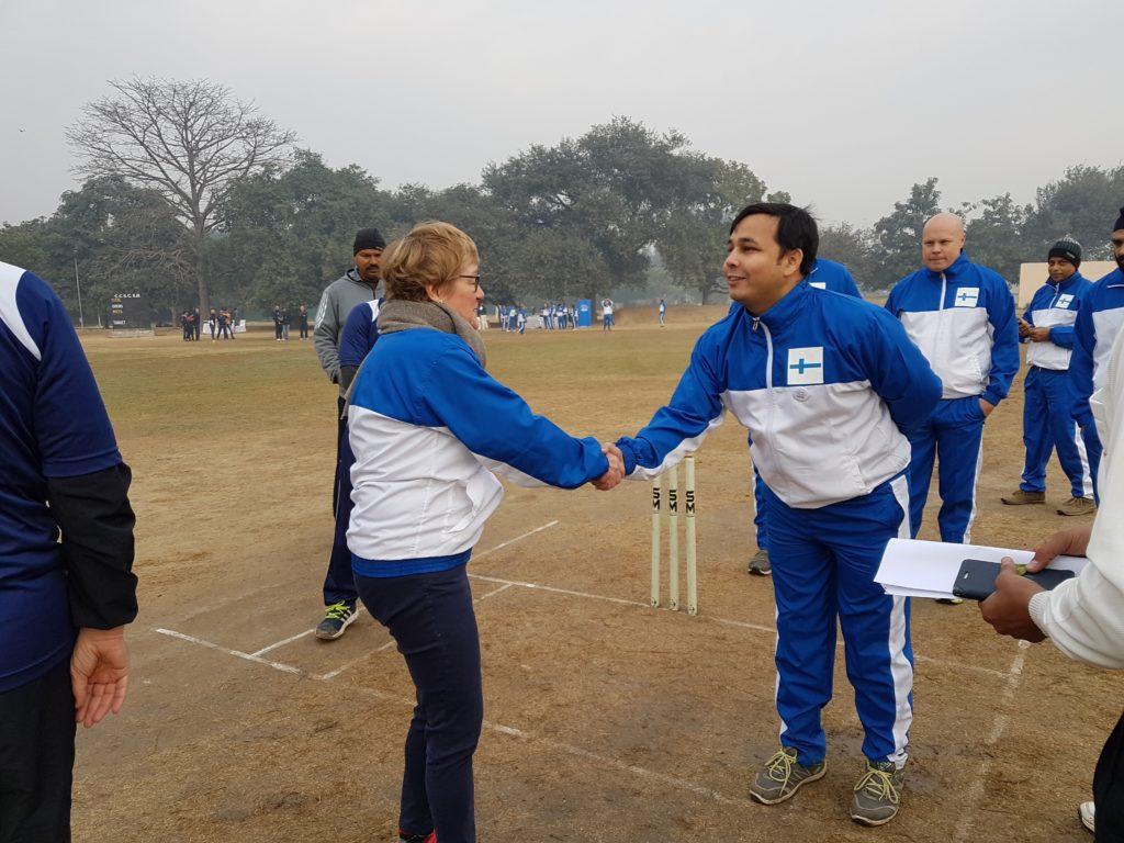 Ei Intiaa ilman krikettiä. Toivottamassa onnea edustuston joukkueen kapteenille Kaleemille ennen pohjoismaista turnausta. Kuva: Meenakshi Mahajan.