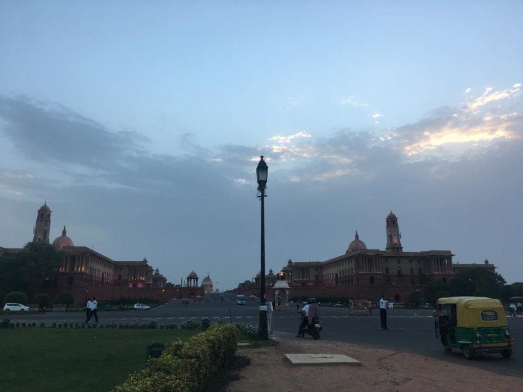 Päätöksiä tehdään New Delhin hallintorakennuksissa; kuvassa ulko- ja sisäministeriö sekä presidentin linna. Kuva: Milla Toivanen