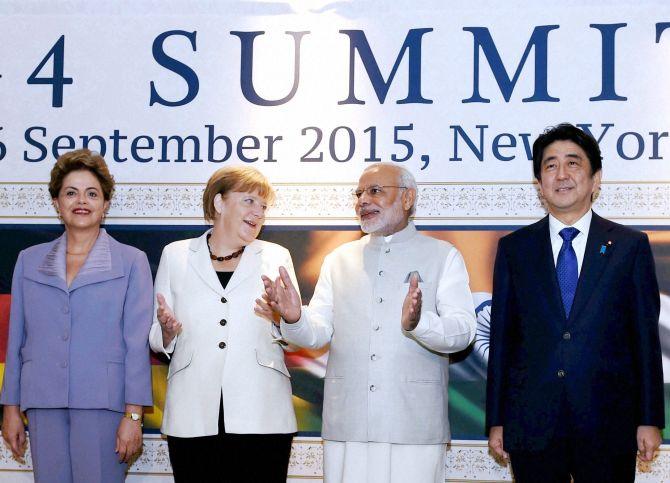 Pääministeri Narendra Modi, Saksan liittokansleri Angela Merkel, Brasilian presidentti Dilma Rousseff ja Japanin pääministeri Shinzo Abe New Yorkissa 2015 pidetyssä G4-huippukokouksessa. Kuva: The Hindu/ PTI