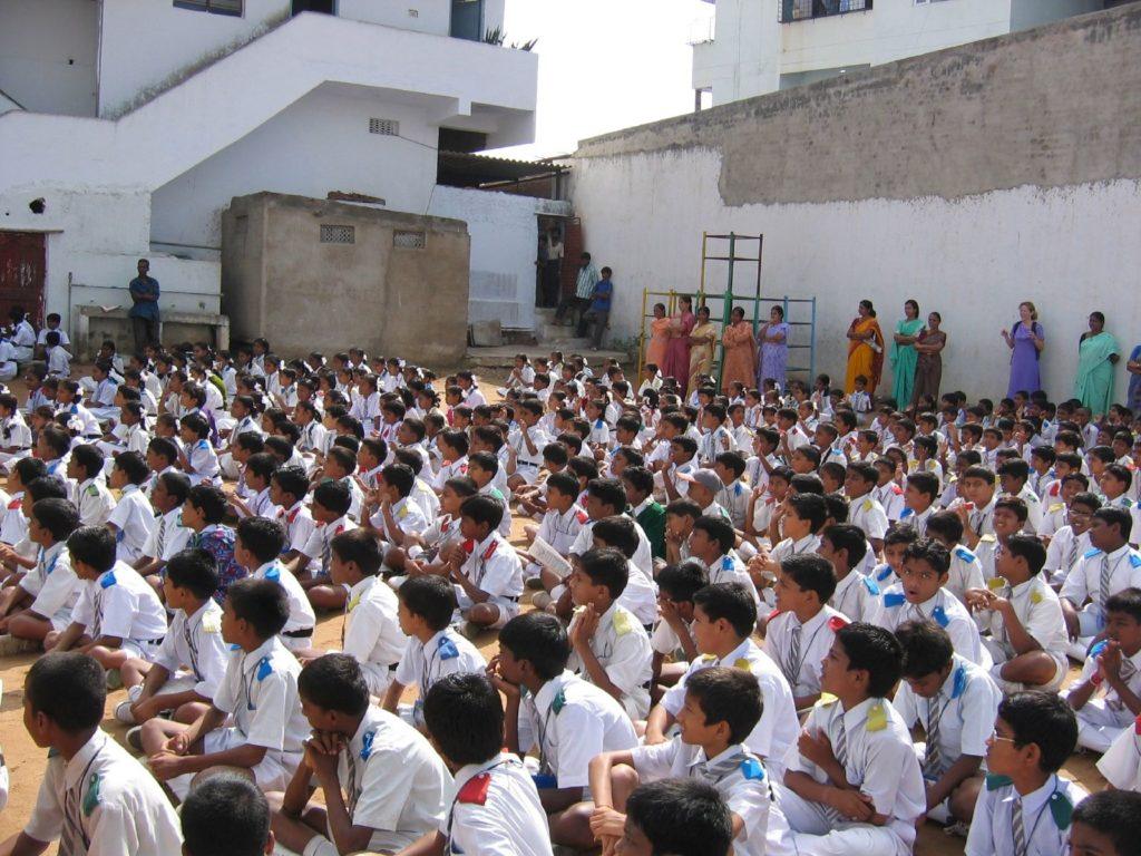 Yli puolet intialaisista on alle 25-vuotiaita. Näiden nuorten koulutus ja työllistäminen ovat Intian kohtalonkysymyksiä. Kuva: Wikimedia Commons.