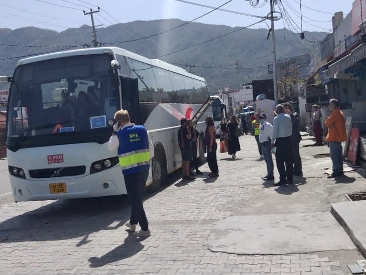 Matkailijoita kerätään linja-autoon ja heidät saatetaan yhteiskuljetuksella Delhistä lähtevälle kotiutuslennolle. Kuva: Nelli Mikkola