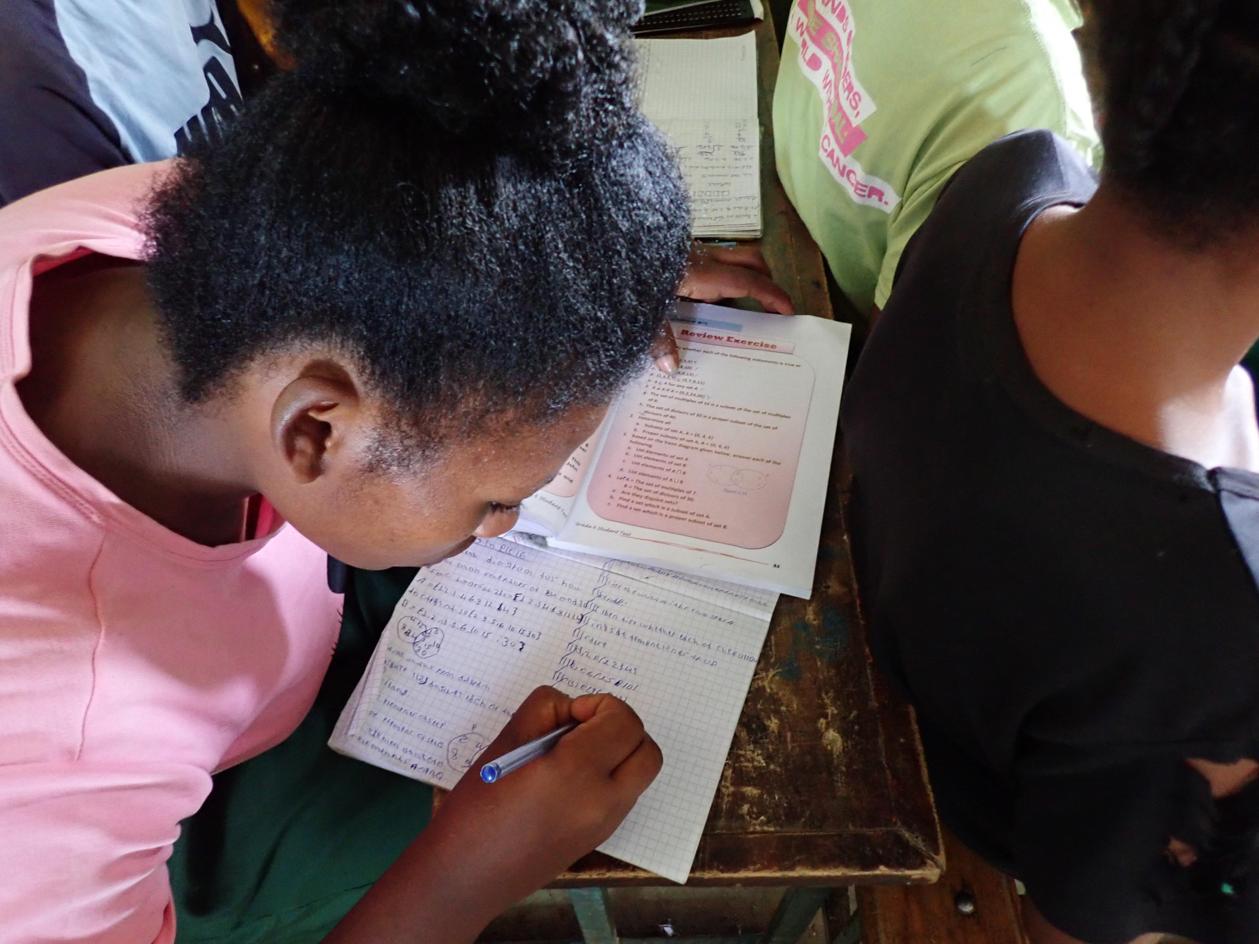 Kuvassa tyttö tkee matematiikan tehtäviä. Etiopiassa on pystytty saavuttamaan yksi tärkeä tavoite: jokaisella oppilaalla on tarvittavat oppikirjat. Kuva: Leo Pekkala.