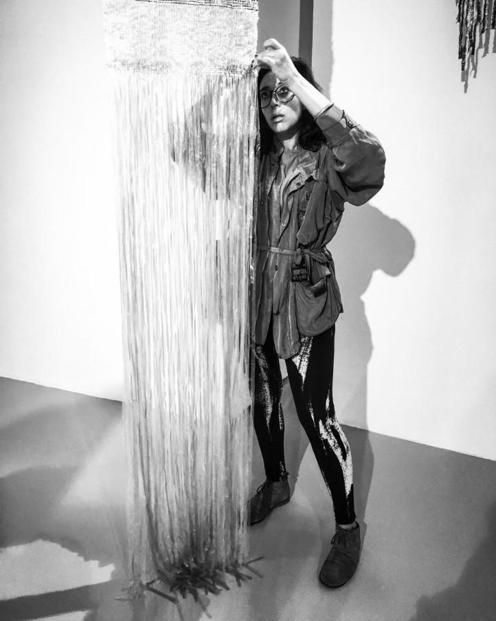 Muovijätettä työssään hyödyntävä kuvataiteilija Soukaina Aziz El Idrissi. Kuva: Soukaina Aziz El Idrissi