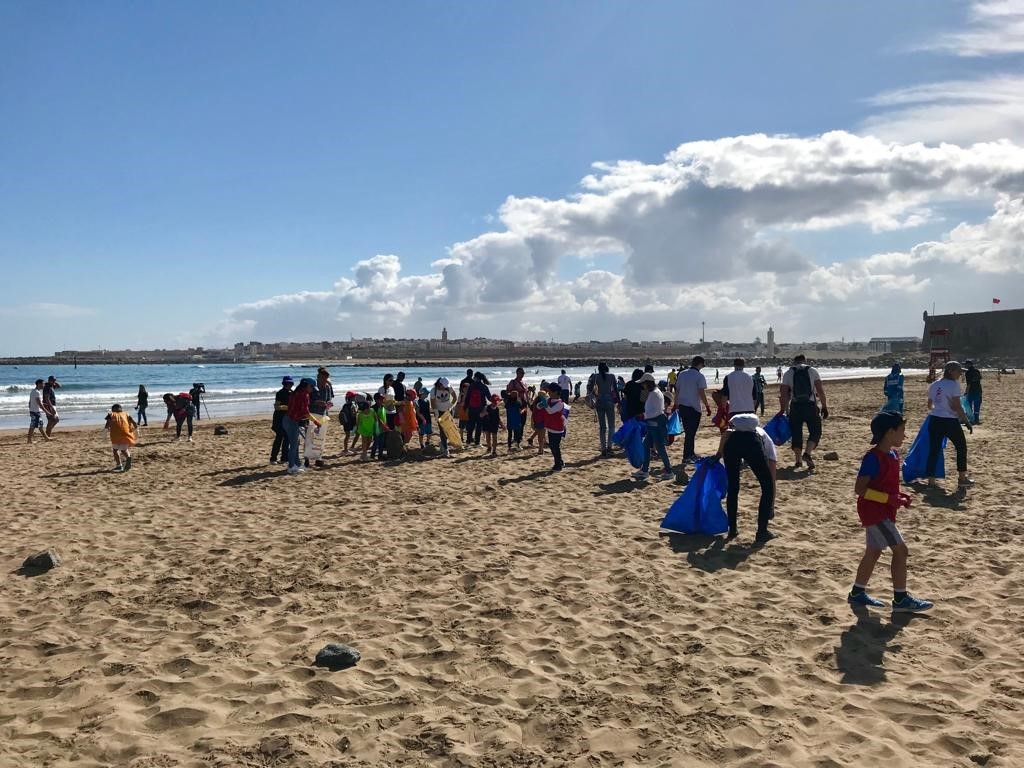 Roskien keruuta rannalla. Kuva: Karoliina Heikinheimo-Pérez