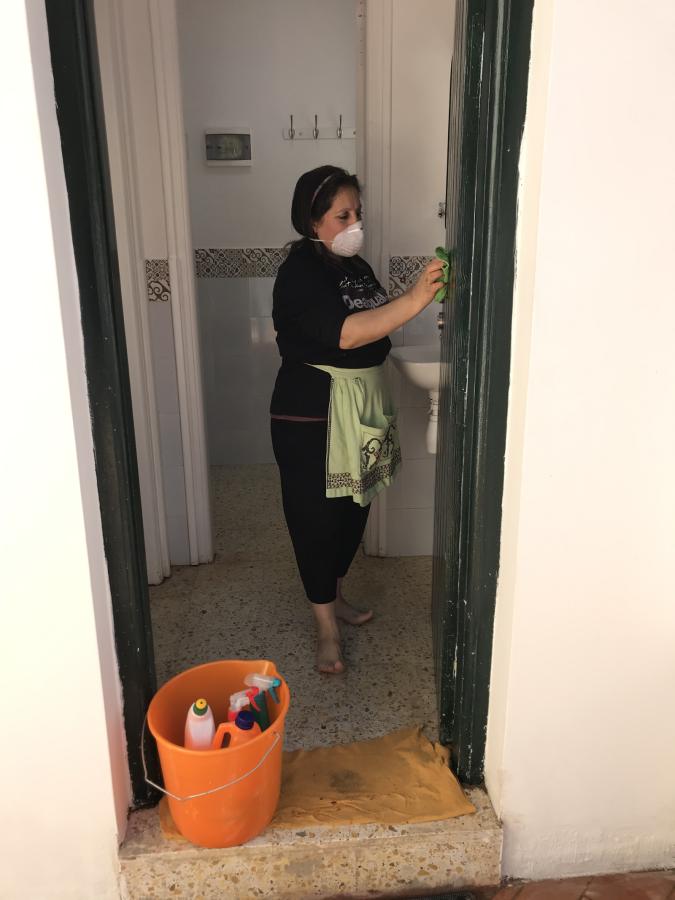 Hygieniasta huolehti siivoojamme Hassiba. Kuva: Seppo Tunturi.