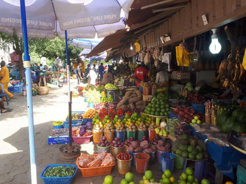 Maataloustuotteita myynnissä torilla Abujassa. Kuva: Tarvo Nieminen