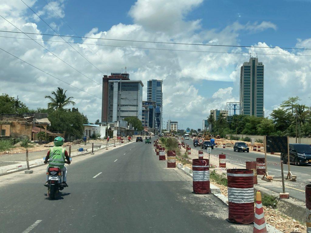 Tietöitä Ali Mwinyi Hassan Roadilla, joka on yksi Dar es Salaamin keskeisiä liikenneväyliä. Kuva: Heini Vihemäki