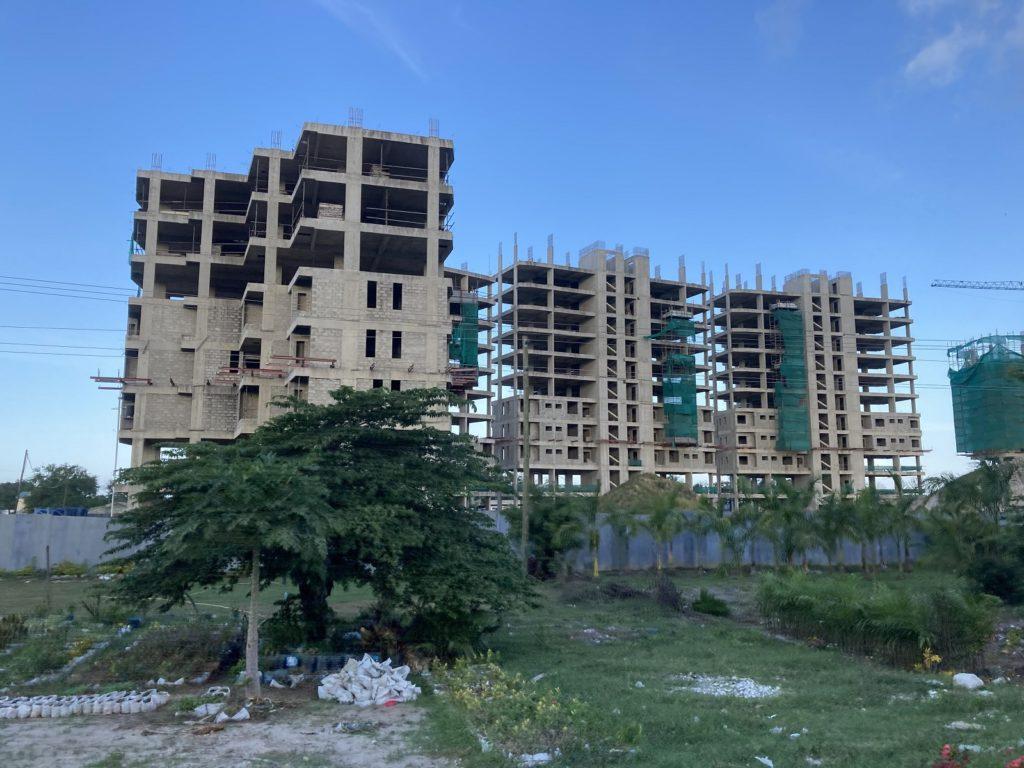 Dar es Salaamiin rakennetaan kovaa vauhtia uusia kerrostaloja. Kuva: Heini Vihemäki