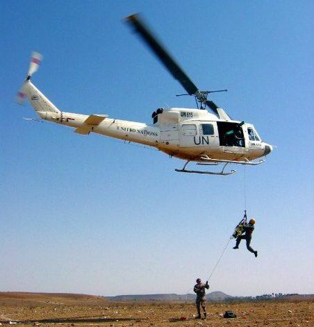 UNMEE-rauhanturva-operaatiossa harjoiteltiin haavoittuneen evakuoimista miinakentältä. Kuva: Matti Karvanen