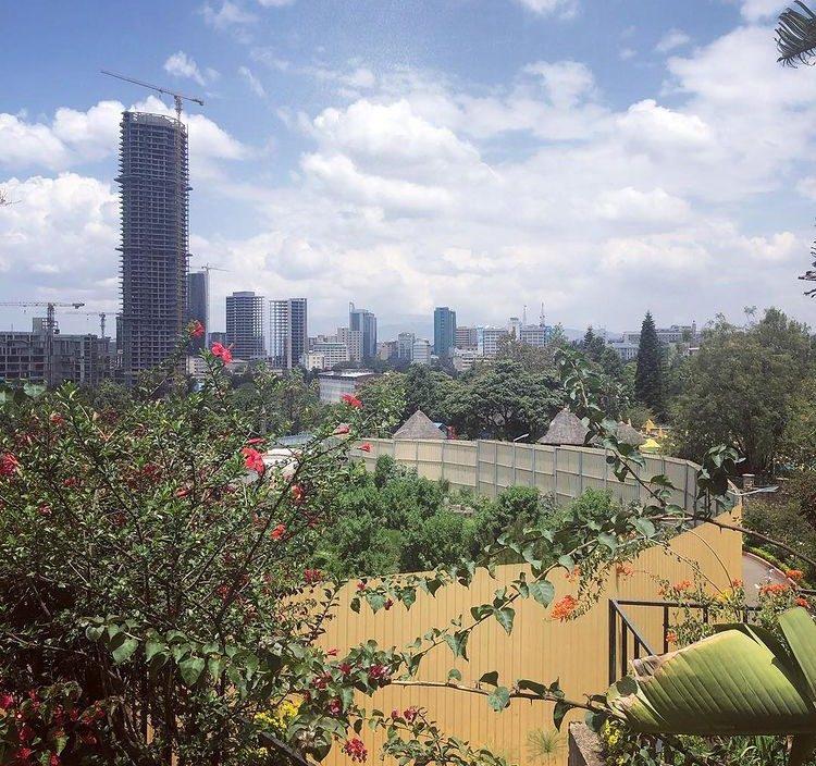National Bank of Ethiopianin uuden toimistotalon perustukset toukokuussa 2019. Helmikuussa 2021 talo on jo päällisin puolin valmis. Kuva: Pauliina Pennanen