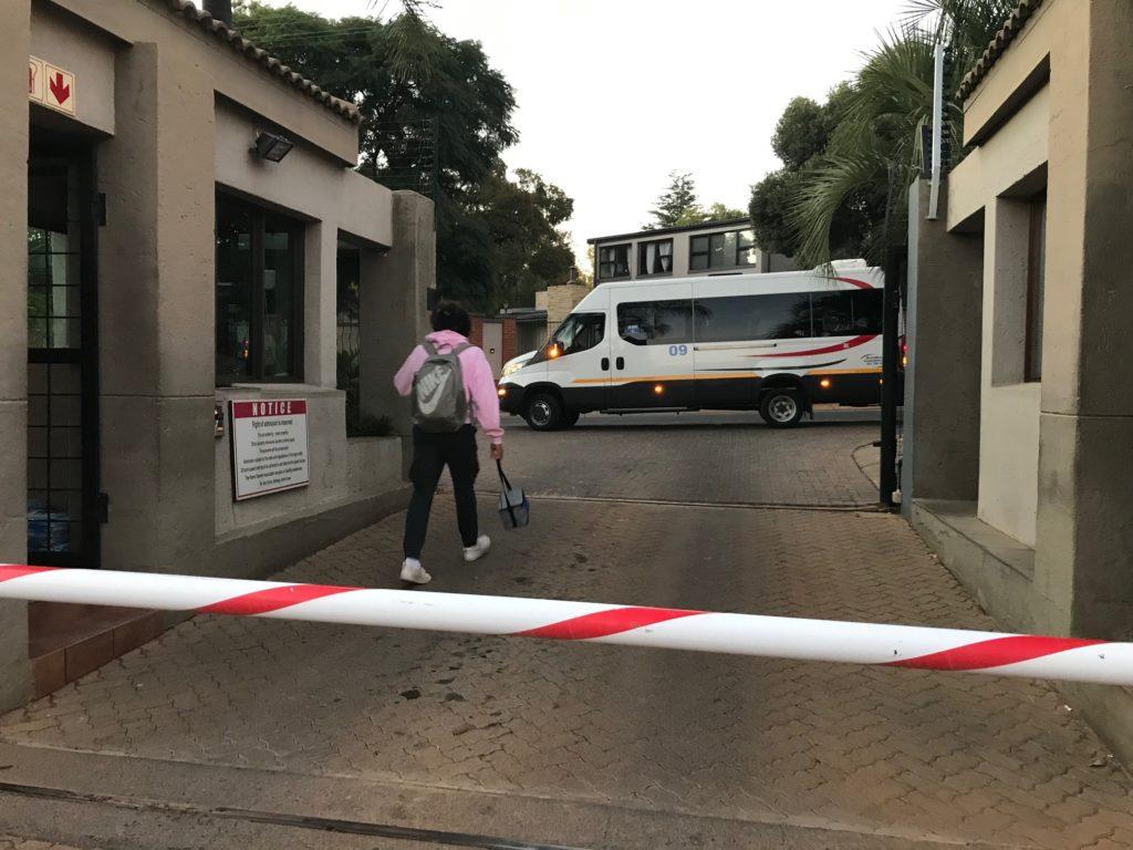 Koulubussi on tuttu näky asuinalueiden porteilla aamuisin. Kuva: Iina Soiri