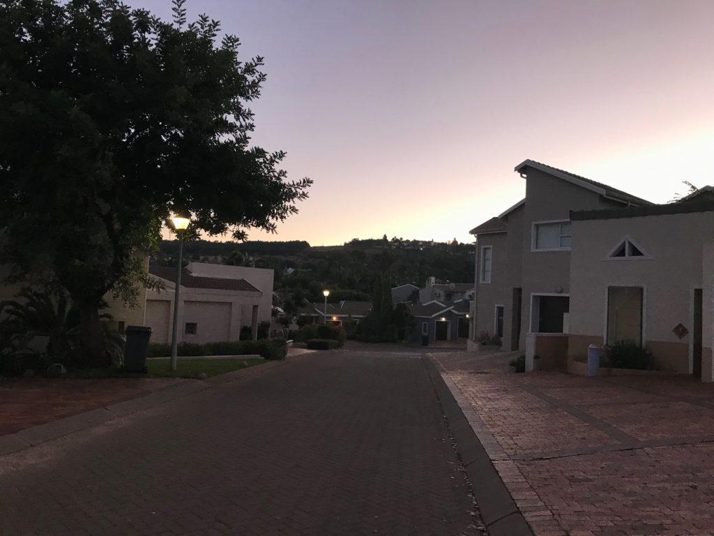 Aamu valkenee Pretorian keskiluokkaisen nukkumalähiön ylle. Kuva: Iina Soiri
