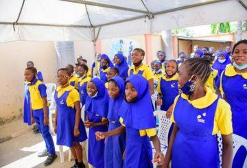 Abujan Edu Knosk –koulun oppilaita tyttöjen päivän kampanjassa. Suomi tukee vähävaraisten tyttöjen kouluun pääsyä Nigeriassa. Kuva: She Forum Africa