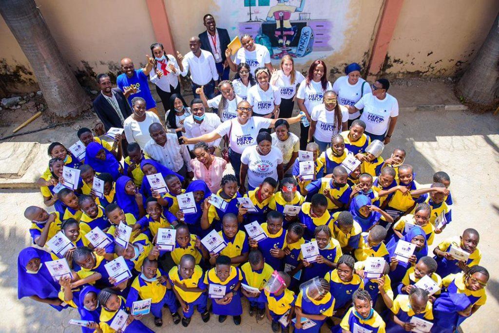 Abujan Edu Knosk –koulun oppilaita kansainvälisenä tyttöjen päivänä Suomen toteuttamassa kampanjassa.Suomi tukee vähävaraisten tyttöjen kouluun pääsyä Nigeriassa. Kuva: She Forum Africa